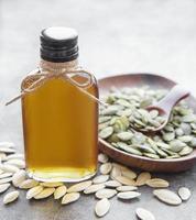 bouteille d'huile de pépins de citrouille photo