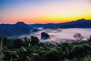 Lever du soleil à phu lanka, phayao, thaïlande photo