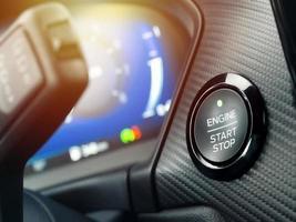 bouton de démarrage de la voiture près du tableau de bord photo