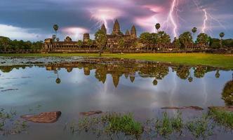 Orage et éclairs au temple d'Angkor Wat à Siem Reap, Cambodge photo
