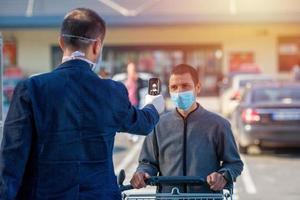 un scanner thermique pour la fièvre et les symptômes du coronavirus au supermarché photo