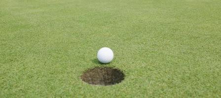 gros plan d'une balle de golf photo