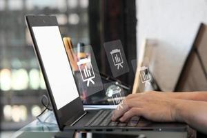 homme utilisant un ordinateur portable et un concept d & # 39; intelligence analytique photo