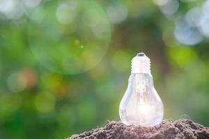 fond d & # 39; ampoule et espace pour le concept d & # 39; idée photo