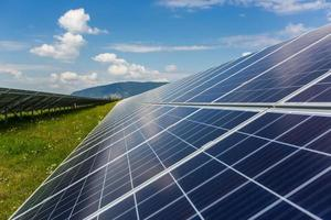 centrale solaire sur fond de ciel photo