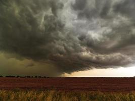 Tirage descendant du flanc arrière d'un orage passant sur des champs au Texas photo