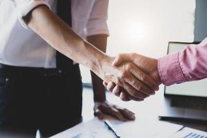 de jeunes hommes d'affaires collaborent avec des partenaires pour augmenter leur réseau d'investissement dans les entreprises afin d'améliorer la qualité le mois prochain dans leur bureau. concept d'accord. photo
