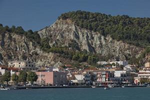 Vue panoramique d'une belle destination estivale et port sur l'île de Zakynthos en Grèce photo