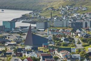 Torshawn, capitale des îles Féroé avec son centre-ville et son port dans la baie photo
