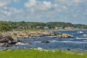 Côte de la mer Baltique près du village de Svaneke sur l'île de Bornholm au Danemark photo