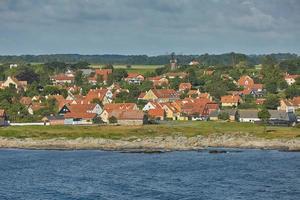 Petit village de svaneke sur l'île de Bornholm au Danemark photo