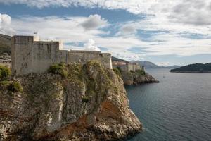 Ancienne forteresse sur le bord de la falaise de Dubrovnik Croatie protège le por photo
