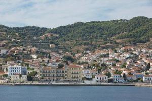 Magnifique ville historique de l'île de spetses avec caractère traditionnel et maisons néoclassiques dans le golfe saronique en Grèce photo