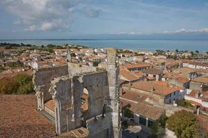 Vue aérienne de saint martin de re de l'église saint martin à ile de re en france photo