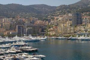 Vue sur les yachts du port et les zones résidentielles de Monte Carlo Monaco photo