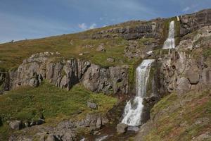 Belle cascade de Bleiksarfoss dans eskifjordur à l'est de l'Islande photo