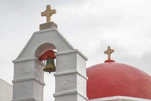 Église avec dôme rouge à mykonos grèce photo