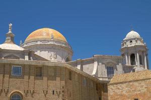 Fermer la vue des dômes de la cathédrale de cadix espagne photo