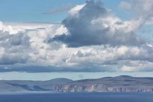 Orkney falaises avec ciel dramatique vu de John Ogroats sur l'océan Atlantique photo