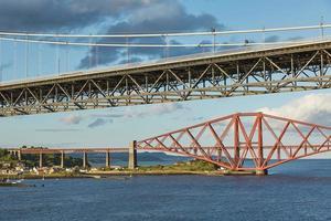 Ancien pont routier et l'emblématique pont ferroviaire de l'avant à Édimbourg en Écosse photo