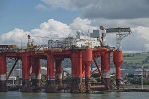 De grandes grues industrielles de chargement de porte-conteneurs dans le port de Belfast en Irlande photo