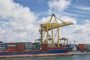 De grandes grues industrielles de chargement de conteneurs dans le port de Dublin en Irlande photo