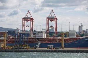 De grandes grues industrielles de chargement de porte-conteneurs dans le port de Dublin en Irlande photo