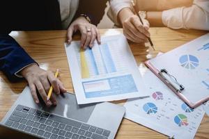 Gros plan d'une femme d'affaires et d'un partenaire à l'aide d'une calculatrice et d'un ordinateur portable pour calculer les finances, les impôts, la comptabilité, les statistiques et la recherche analytique, le soutien de groupe et le concept de réunion photo