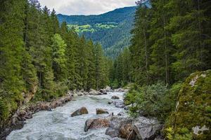 Rivière alpine otztaler mal dans le Tyrol autrichien photo