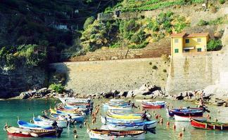 bateaux dans le port de vernazza photo