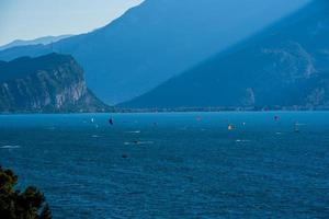 Le kitesurf tôt le matin sur le lac de Garde à Limone sul Garda, Italie photo