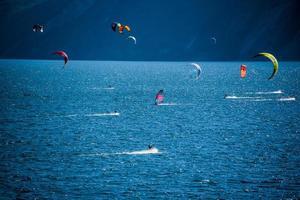 Kitesurf sur le lac de Garde à Limone sul Garda, Italie photo