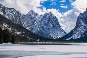 lac alpin avec sommets enneigés photo
