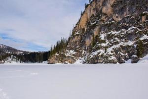 sommets des dolomites recouverts de neige photo