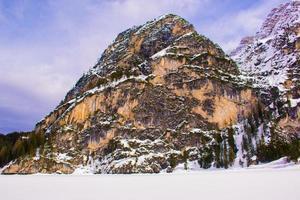vue sur les montagnes autour du lac de braies photo