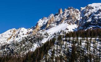 pics de dolomite avec de la neige photo