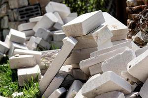 un tas de déchets de construction est dans la cour photo