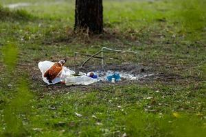 un tas de déchets dans le parc forestier près du site du feu de camp photo