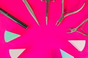 un ensemble d'outils cosmétiques pour la manucure et la pédicure photo