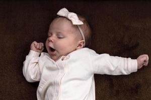 nouveau-né bébé fille garçon veut dormir photo
