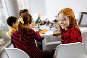 Happy kids programmation de jouets électriques et de robots en classe de robotique photo