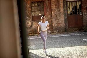 jeune femme qui court dans la rue photo