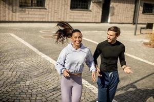 jeune, fitness, couple, courant, dans, zone urbaine photo