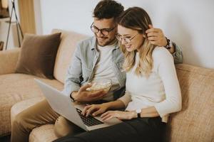 jeune couple, utilisation, ordinateur portable, ensemble, quoique, séance canapé, chez soi photo