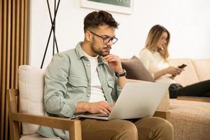 jeune homme, utilisation, ordinateur portable, chez soi photo