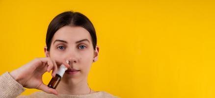 photo en gros plan d'une belle dame à l'aide d'un spray nasal