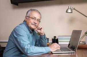 homme d & # 39; affaires senior travaille à la maison photo