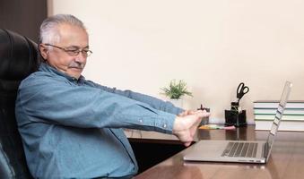 homme âgé apprend à utiliser l & # 39; ordinateur photo