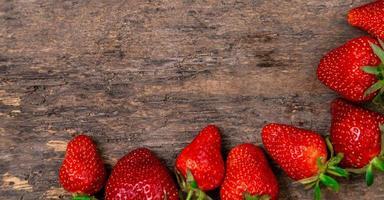 savoureuses fraises sur une table en bois photo