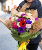 femme tenant un beau bouquet de fleurs photo